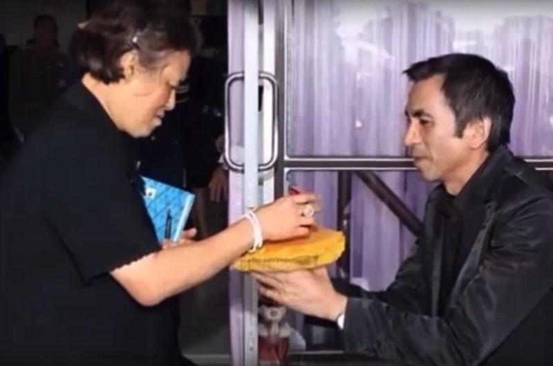 Ajarn Pisek Gives Pra Khun Phaen 15 Luang Phu Tim to Princess Prataep