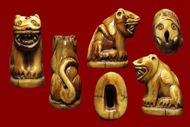 Khiaw Payak Maha Amnaj Luang Por Parn Tiger Tooth Amulet